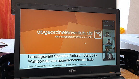 Screenshot Laptop von Online-Pressekonferenz